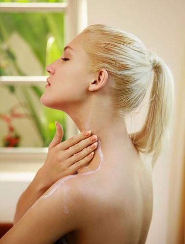 Bạn nên sử dụng kem dưỡng ẩm để cung cấp độ ẩm cho da