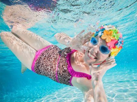 Nên đeo mũ bơi để bảo vệ tóc