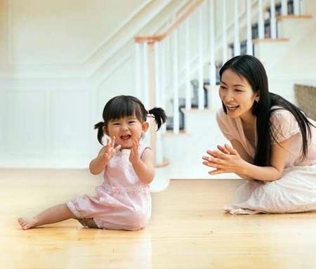 Cần tăng cường trò chuyện với trẻ để giúp trẻ nhanh tập nói.