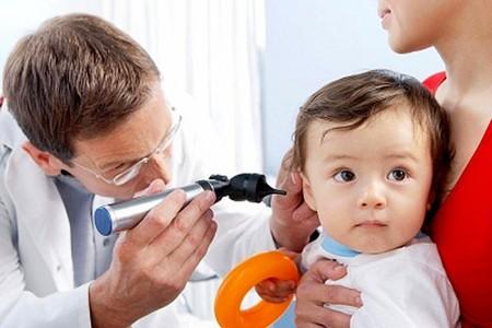 Hãy cho trẻ đến bệnh viện kiểm tra nếu bạn nghi ngờ trẻ bị nhiễm trùng tai.