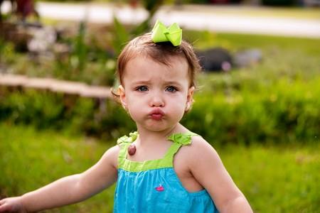 Mặc quần áo bằng chất liệu cotton giúp bé mát mẻ, thoải mái, hạn chế rôm sảy