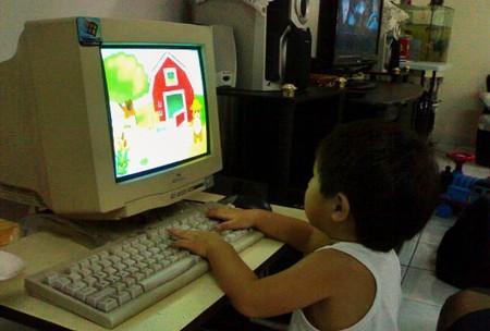 Trẻ con ngày nay làm quen với máy tính từ rất sớm.