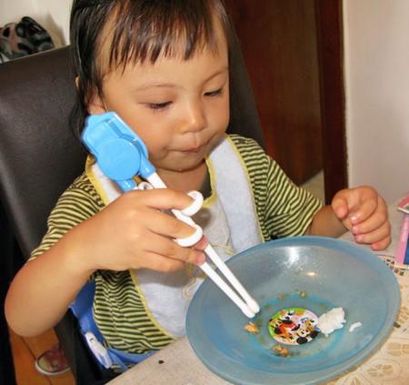 Chỉ nên cho bé tập ăn đũa từ 3 tuổi
