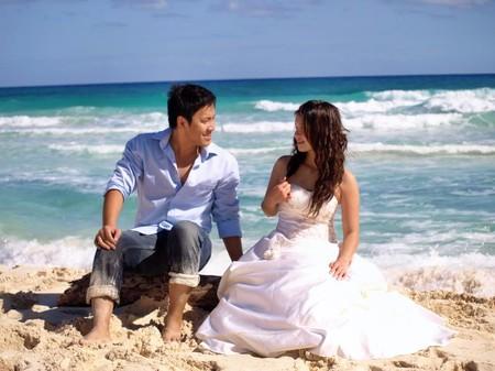 Dịch vụ chụp ảnh cưới riêng chú trọng những cảnh cười nói tự nhiên của đôi uyên ương.