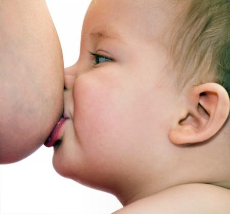 Được bú mẹ hoàn toàn trong 6 tháng đầu giúp trẻ thông minh, khỏe mạnh hơn