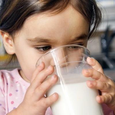 Trước khi đi ngủ vào ban đêm, cha mẹ trẻ hãy nhớ cho con uống 1 ly sữa.