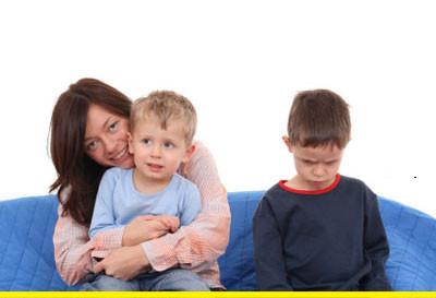 """Trẻ có thể ghen tỵ ngay cả với anh hay chị em ruột của mình khi thấy bố mẹ có vẻ """"ưu đãi"""" anh chị hoặc em hơn."""