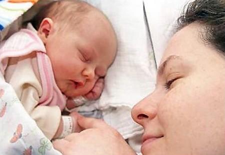 Sau sinh, thai phụ nên nghỉ ngơi nhiều để phục hồi cơ thể.