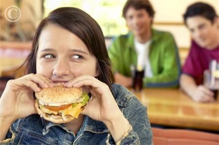 Ăn vặt có thể ảnh hưởng xấu đến sự phát triển của trẻ