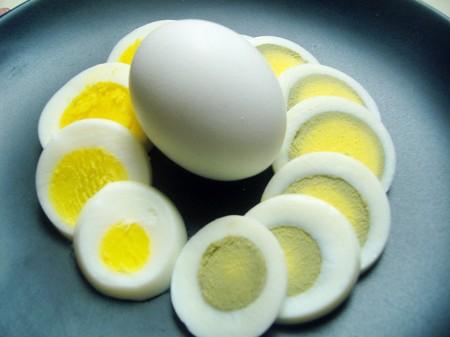 Lòng trắng trứng có chứa khá nhiều protein, khi trẻ ăn vào rất có thể bị dị ứng với các phân tử protein này.