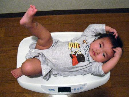 Bạn nên cân bé thường xuyên, ít nhất là mỗi tháng một lần để nắm được tốc độ phát triển của bé.