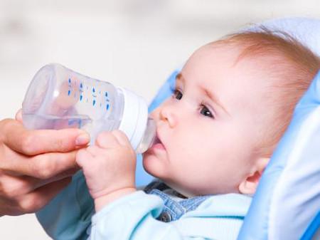 Có nên cho bé sơ sinh uống nước không? 1