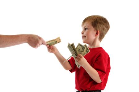Cha mẹ dễ làm hư con vì thói quen thưởng tiền.