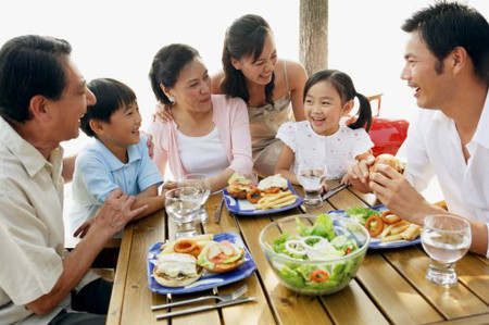 Mọi người sống có trách nhiệm, biết sẻ chia thì cuộc sống gia đình mới hạnh phúc