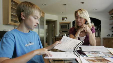 Thay vì làm hộ, cha mẹ nên cố gắng giảng cho con về phương pháp để bé tự làm.