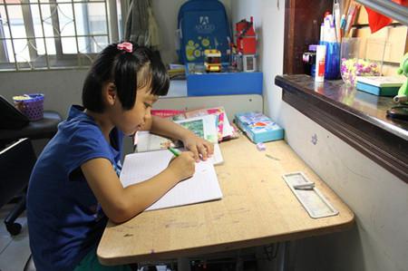 Ngồi học không đúng tư thế rất dễ khiến trẻ bị gù lưng.