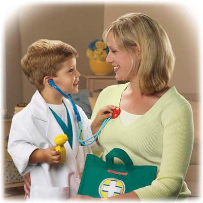 Trò chơi khám bệnh sẽ giúp bé cảm thấy gần gũi hơn với các bác sĩ