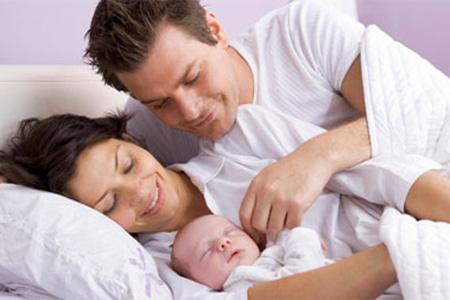 Bố mẹ nên thường xuyên kiểm tra giấc ngủ của bé.