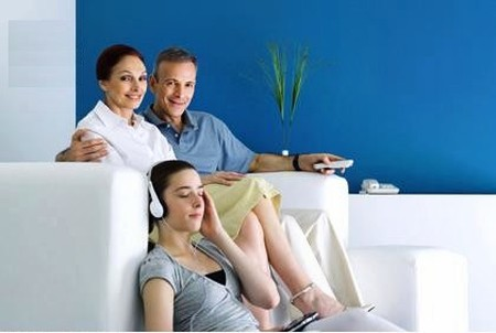 Bạn sẽ rất thất vọng khi vợ mình mãi là con gái bé bỏng của bố mẹ vợ và vô tư với những sở thích: nghe nhạc, chát chít...