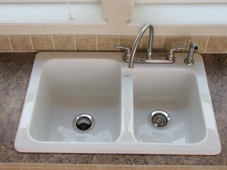 Độ cứng cao của bồn rửa bát dễ làm vỡ bát đĩa khi có va chạm