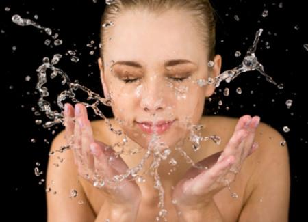 Uống nhiều nước, ăn nhiều trái cây là cách chăm sóc da hiệu quả