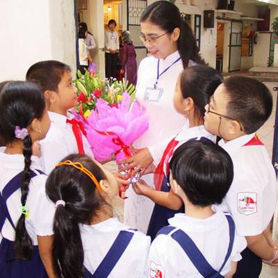 Dịp để dạy các bé trai biết quan tâm đến những người phụ nữ mình yêu thương.