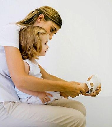 Cần lựa chọn giầy phù hợp và chỉ nên cho bé đi giầy lúc cần thiết sau khi bé đã biết  đi