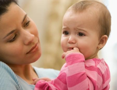 Cha mẹ không cần lo lắng khi thấy trẻ sơ sinh có biểu hiện thở không đều, ngạt mũi nhẹ, sưng tuyến vú...