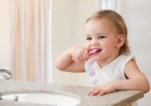 Dạy bé biết vệ sinh răng miệng để loại bỏ chứng hôi miệng