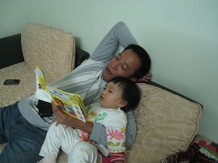 Đọc sách cho bé nghe để rèn luyện kỹ năng lắng nghe của trẻ