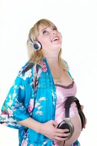 Cho bé nghe nhạc là biện pháp rất tốt để kích thích sự phát triển của não bộ bé