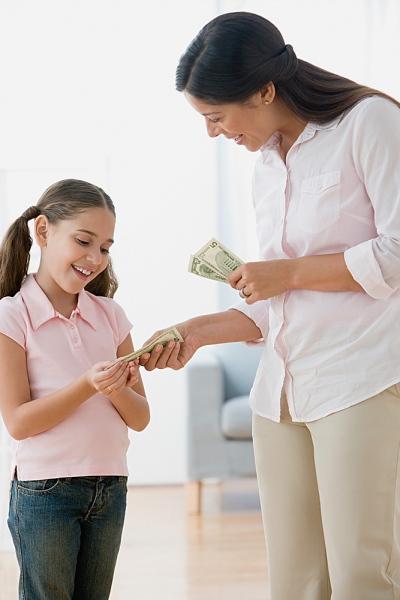 Không nên cho trẻ tiền khi đến lớp lúc chúng còn nhỏ