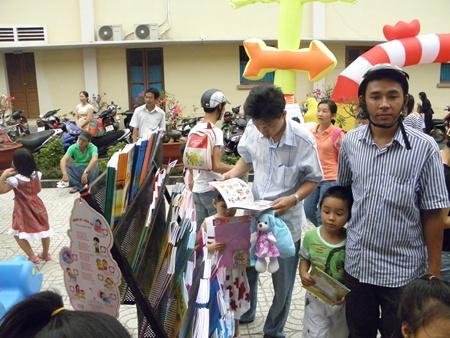 Chọn mua sách cho trẻ phải phù hợp với lứa tuổi, đặc điểm, sở thích của trẻ