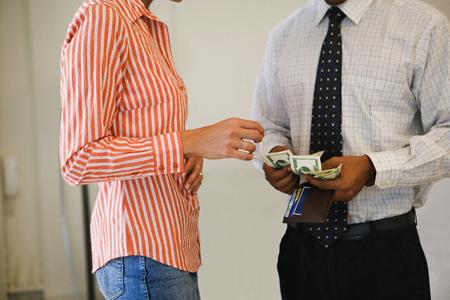 Đừng để tiền nong chia rẽ tình cảm vợ chồng