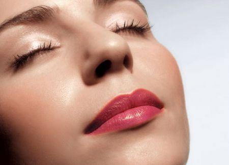 Uống nước thường xuyên sẽ làm đôi môi bạn đỡ nứt nẻ