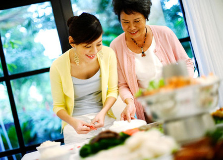 Mẹ chồng dạy con dau nấu nướng
