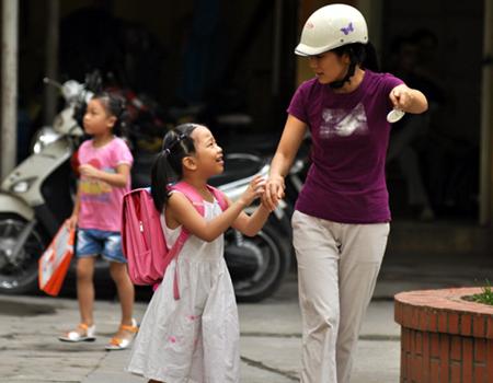 """Lời nói, hành động của cha mẹ chính là """"hình mẫu"""" để con cái học theo."""