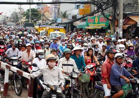 """Cuộc sống đông đúc, trật trội nơi thành thị không làm người ta """"gần"""" nhau hơn"""
