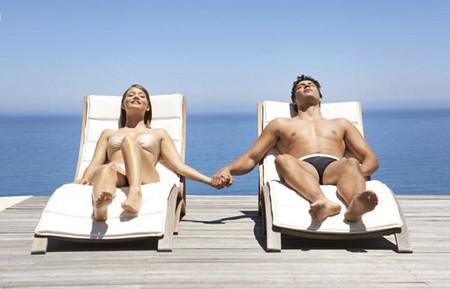 Tắm nắng sẽ giúp quý ông sung sức hơn trong chuyện ấy.