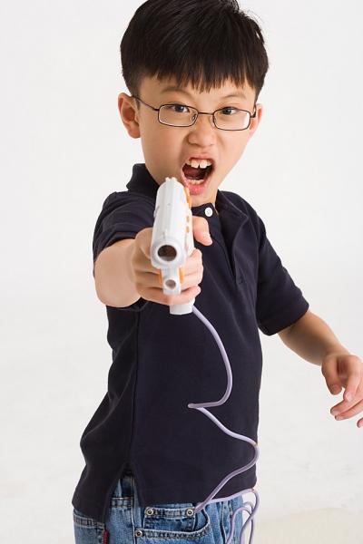 Đồ chơi bạo lực - một mối nguy cho đôi mắt của trẻ