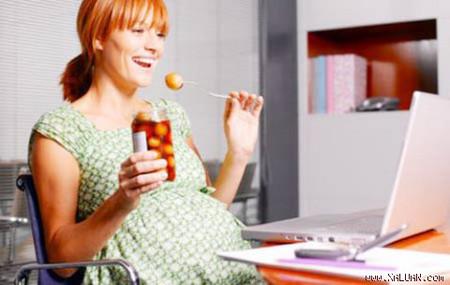 Khi mang thai, bà bầu nên cân bằng chế độ dinh dưỡng để cả mẹ và con đều khỏe mạnh.