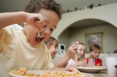 Ăn đầy đủ chất dinh dưỡng giúp trẻ phát triển tốt.