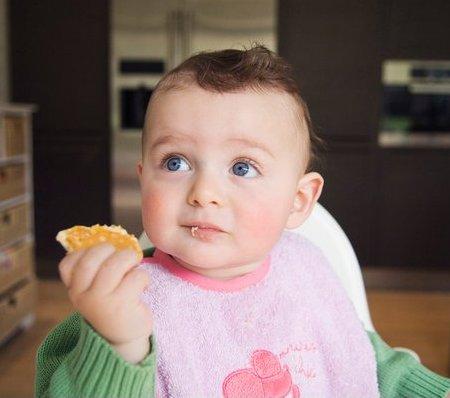 Cha mẹ không cần phải ngăn cản khi bé muốn cầm, nắm thức ăn.