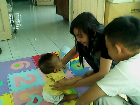 Khi bé 9 tháng, bé có thể nhận ra và phản ứng với tên gọi của bé.