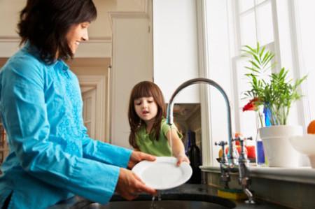 Cha mẹ nên cho con tham gia các công việc gia đình và chú ý đảm bảo an toàn cho bé.