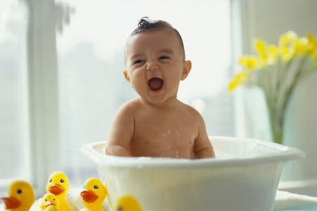 Nếu da trẻ mẫn cảm không dùng dầu gội đầu (sữa tắm hay chất tẩy rửa, vệ sinh có chứa sodium lauryl sulfate) để tắm cho trẻ.