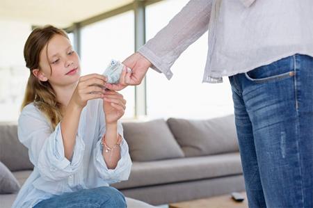Cha mẹ nên dạy con về giá trị của đồng tiền.