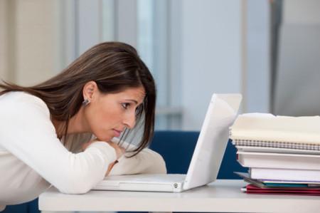 Nhờ một phút hớ hênh của cô con dâu khi dùng máy tính xách tay mà người mẹ chồng quê mùa đã phát hiện một sự thật cay đắng đối với con trai mình.