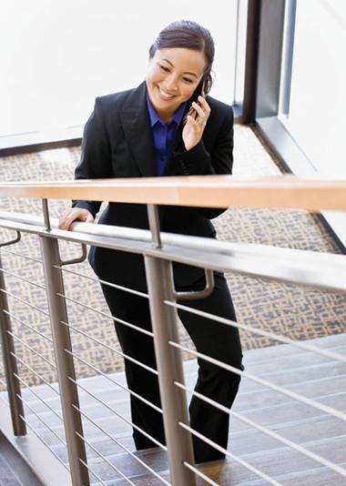 Hãy sử dụng cầu thang bộ trong những lần di chuyển trong văn phòng để rèn luyện sức khỏe của bạn