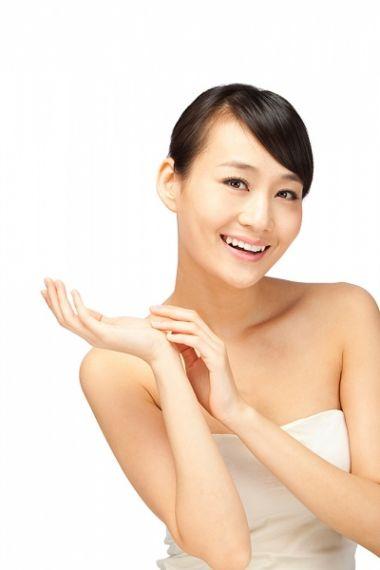 Sử dụng kem dưỡng ẩm thường xuyên sẽ giúp da mềm mịn